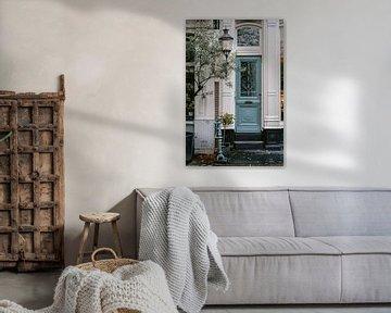 Blauwe deur in Amsterdam van Manon Galama