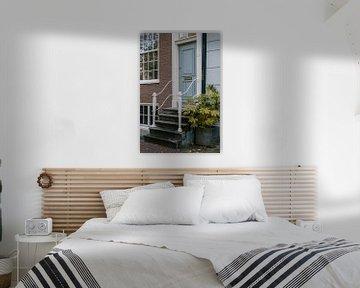 Hellblaue Haustür in Amsterdam von Manon Galama