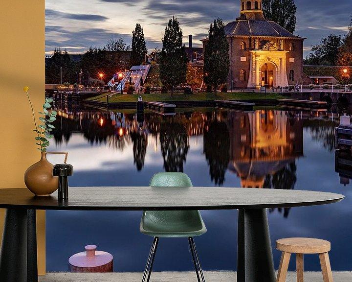 Sfeerimpressie behang: De Zijlpoort in Leiden in de avond (staand) van Martijn Joosse
