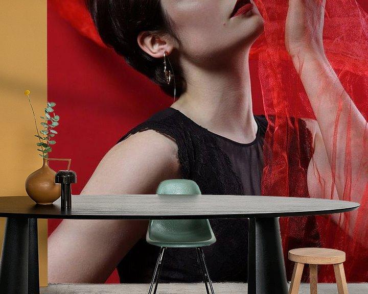 Sfeerimpressie behang: Vrouw met rode tule van Iris Kelly Kuntkes