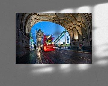Typisch London! / Tower Bridge van Rob de Voogd / zzapback
