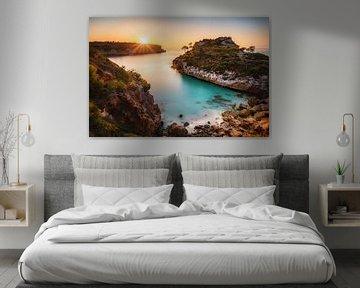 Zonsopgang over de baai van Cala Moro in Mallorca. van Fine Art Fotografie