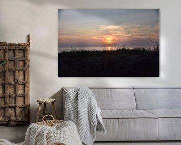 Vue sur les dunes au coucher du soleil. sur Jurjen Jan Snikkenburg