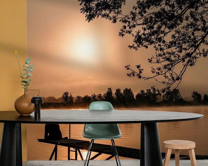 Impression: Une femme est assise sur un échafaudage au lever du soleil sur ChrisWillemsen