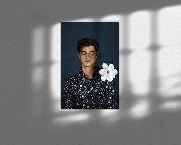 Mann mit geschlossenen Augen und weißer Blume von Iris Kelly Kuntkes