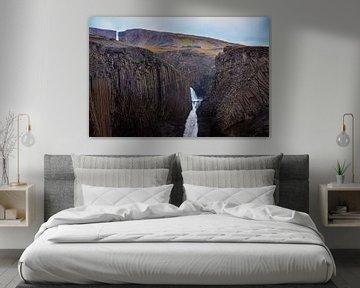 Gestructureerde basaltrotsen met watervallen in IJsland van Nic Limper