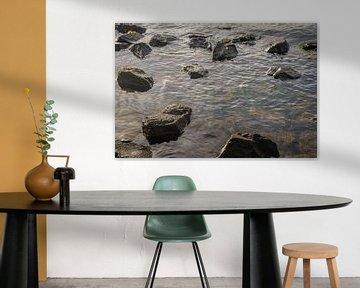 Ruwe brokken steen in het water van Ruud Morijn