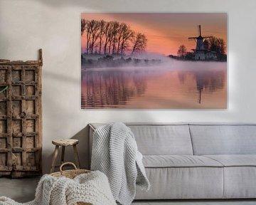 Nebliger Sonnenaufgang über der Windmühle De Vlinder
