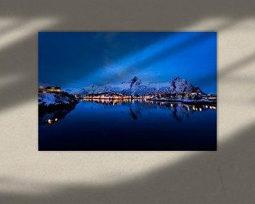 Uitzicht over de stad Svolvaer in de Lofoten in Noorwegen in de avond van Sjoerd van der Wal
