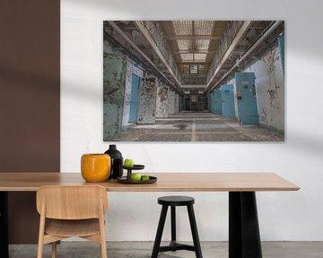 Korridor mit offenen Zellentüren in einem verlassenen Gefängnis von John Noppen