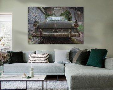 Ford Fairlane in einer verlassenen Garage von John Noppen