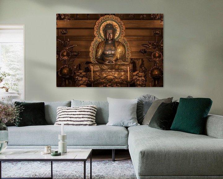 Sfeerimpressie: Gouden standbeeld van de Japanse Boeddha Shakyamuni omgeven door lotusbloemen. van Kuremo Kuremo