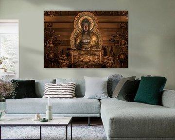 Gouden standbeeld van de Japanse Boeddha Shakyamuni omgeven door lotusbloemen. van Kuremo Kuremo