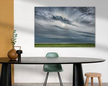 Wolkenlucht boven het IJsselmeer vanaf Gaasterland, Friesland. van Harrie Muis