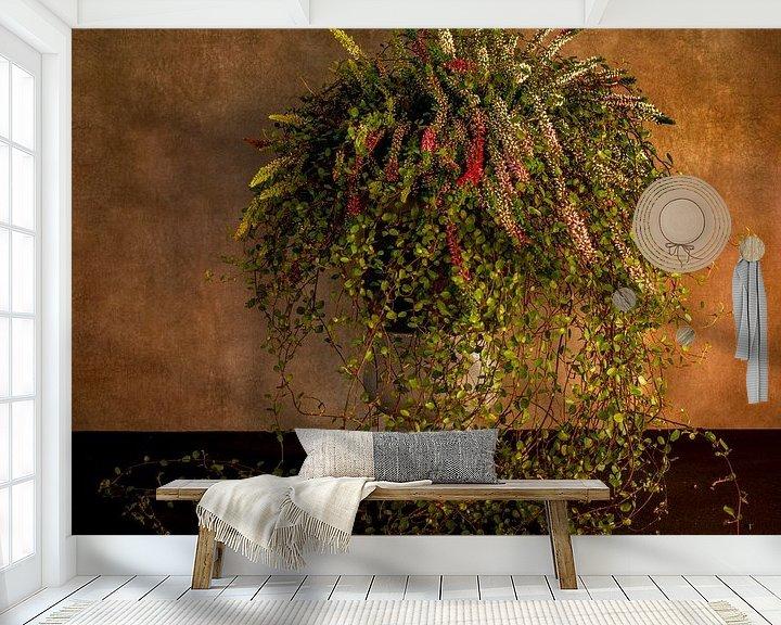 Sfeerimpressie behang: waterval van bloemen in een hoge pot van Compuinfoto .