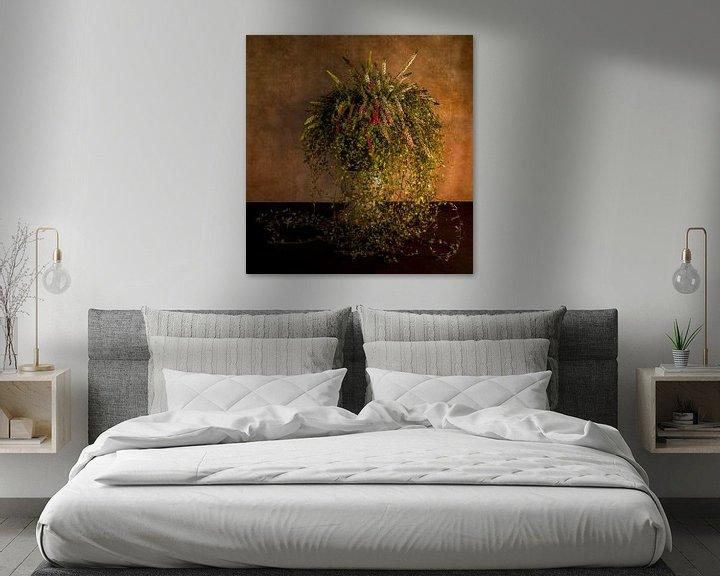 Sfeerimpressie: waterval van bloemen in een hoge pot van Compuinfoto .
