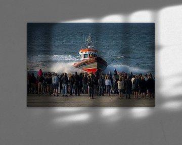 Reddingsboot vaart in op mensenmenigte! van Roelinda Tip