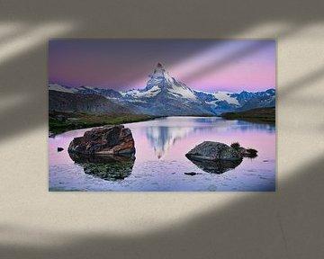 De Matterhorn met weerspiegeling tijdens zonsopkomst in de Alpen