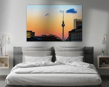 Tour de télévision de Berlin avec une ligne d'horizon au coucher du soleil