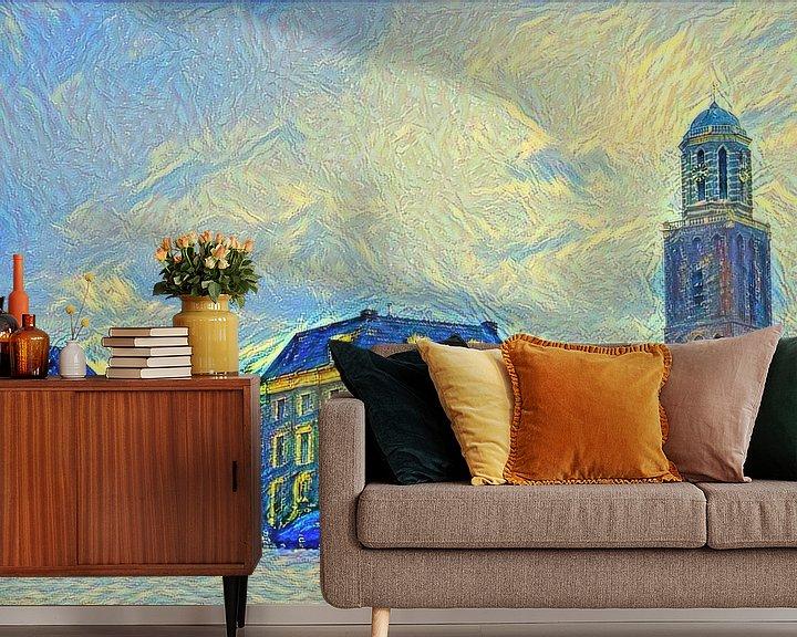 Sfeerimpressie behang: Schilderij Zwolle Rodetorenplein met Peperbus in stijl Van Gogh van Slimme Kunst.nl