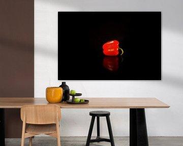 Rouge poivré avec miroir dans la table noire - partie 1 de l'ensemble de 2 sur Marion Hesseling