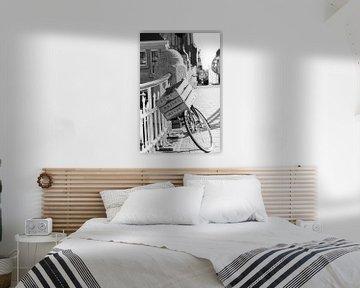 Fiets met houten kist op brug (zwart wit) van Marion Hesseling