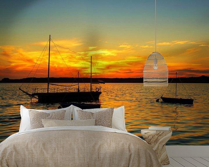 Sfeerimpressie behang: Landschap: Zeilboten op het meer bij zonsondergang van Frank Herrmann