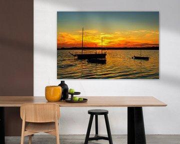 Landschaftsbild: Segelboote auf dem See im Sonnenuntergang