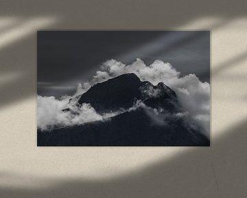 Berggipfel in den Wolken von Heleen Middel