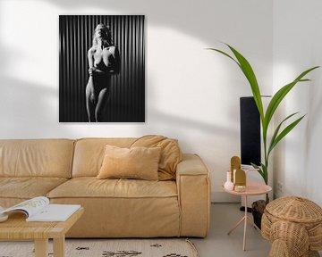 Sehr schöne nackte Frau, fotografiert vor einem blauen Industriehintergrund von william langeveld