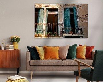 Vue pittoresque à travers un balcon et de beaux volets à Venise sur Bianca ter Riet