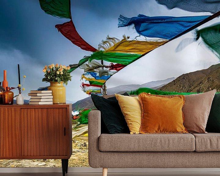 Sfeerimpressie behang: Gebedsvlaggen in de bergen van Tibet van Rietje Bulthuis