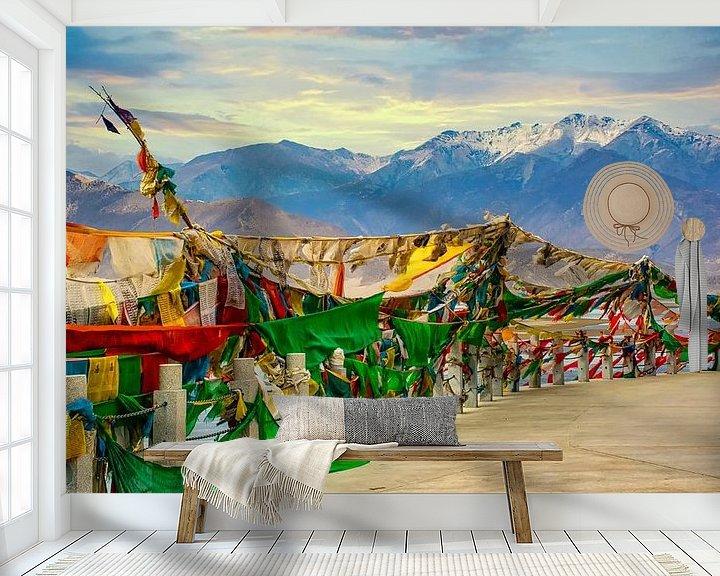 Sfeerimpressie behang: Gebedsvlaggen voor de bergen van de Himalaya, Tibet van Rietje Bulthuis