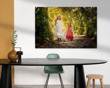 Mädchen holen Wasser im Wald von Corine de Ruiter