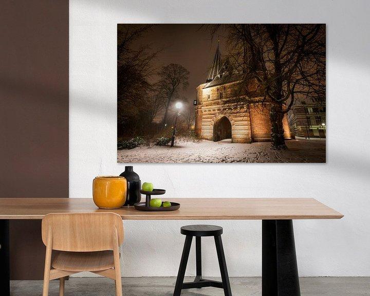 Sfeerimpressie: Cellebroederspoort in Kampen tijdens een koude winternacht van Sjoerd van der Wal