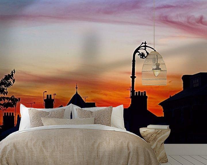 Sfeerimpressie behang: Straatlantaarn en schoorsteensilhouet van Loretta's Art