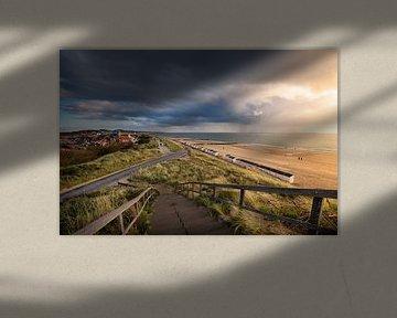 Dreigende wolkenlucht met zicht over Zoutelande van Thom Brouwer