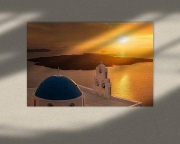 Kerk met blauwe koepel bij zonsondergang op het eiland Santorini in Griekenland van Fine Art Fotografie