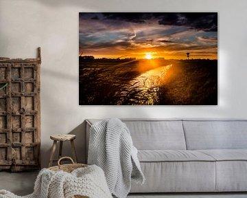 Zonsondergang op een dijkje in west friesland van Lindy Schenk-Smit