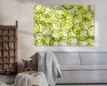 Schijfjes van komkommer op een witte achtergrond van Carola Schellekens