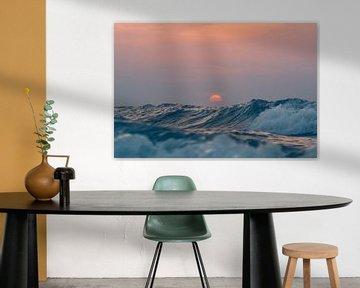 Zonsondergang boven de hoge golven van de Noordzee