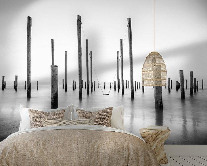 Sfeerimpressie behang: De strandschommel van Rigo Meens