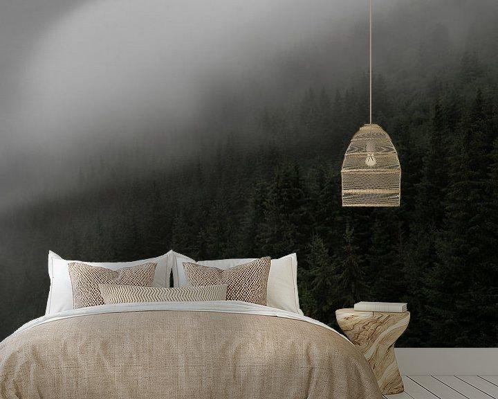 Sfeerimpressie behang: Scandinavische foto op een berg met dennenbomen, mist en bewolking van Moments by Kim