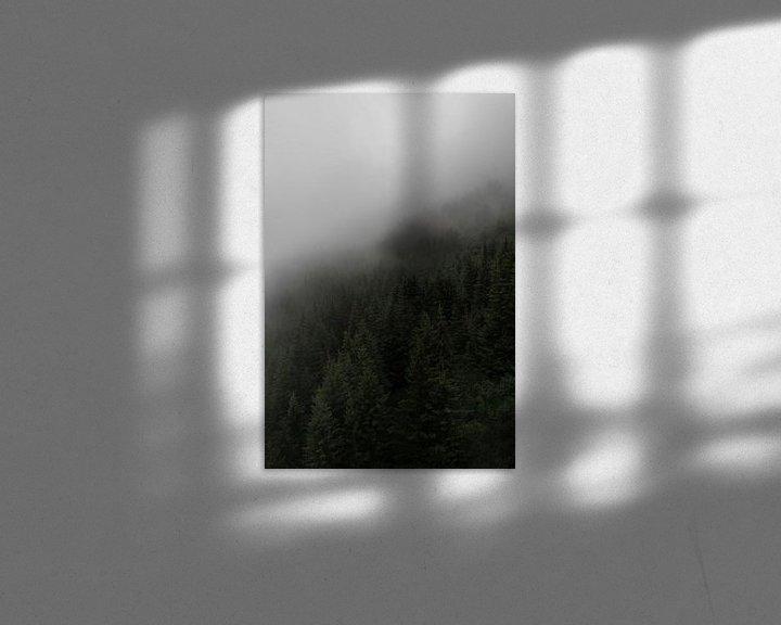 Sfeerimpressie: Scandinavische foto op een berg met dennenbomen, mist en bewolking van Moments by Kim