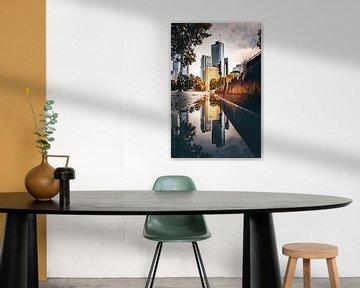 Réflexion dans la rue des gratte-ciel de Frnakfurt - Skyline sur Fotos by Jan Wehnert