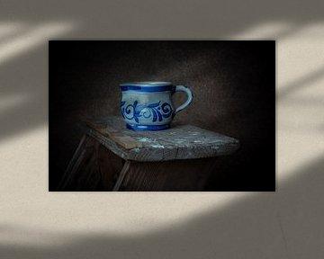 Delfts blauw kannetje op houten schildersladder. van Manon Moller Fotografie