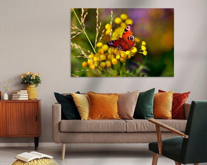 Sfeerimpressie: Herfstbloemen met pauwenvlinder van Silva Wischeropp