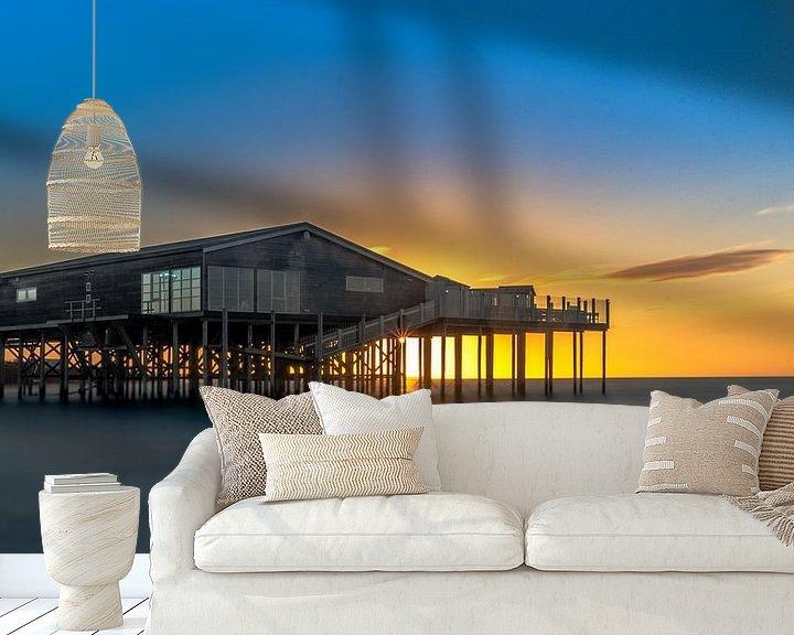 Sfeerimpressie behang: Zonsondergang met beachclub in zee van Jan Hermsen