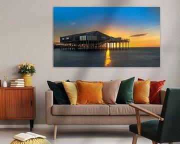 Zonsondergang met beachclub in zee van Jan Hermsen