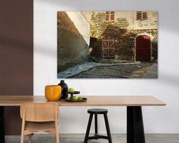 Enge Gasse auf Korsika von Youri Mahieu